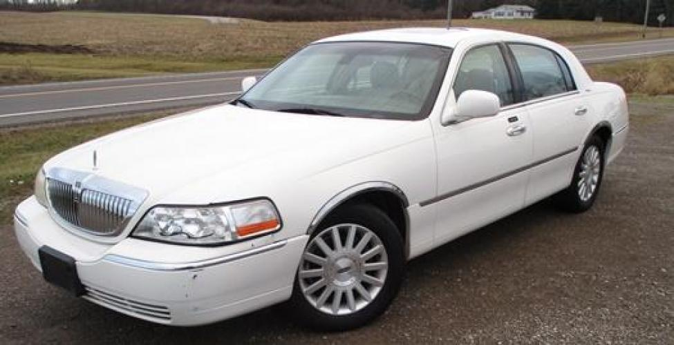 2003 White /Tan Lincoln Town Car (1LNHM82W73Y) with an 4.6L V8 SOHC 16V engine, 4-Speed Automatic Overdrive transmission, located at 1725 US-68 N, Bellefontaine, OH, 43311, (937) 592-5466, 40.387783, -83.752388 - Photo #1