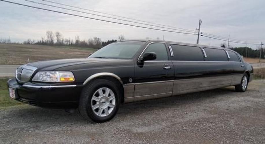 2006 Black Lincoln Town Car (1L1FM88W66Y) with an 4.6-Liter 8 Cylinder Engine engine, located at 1725 US-68 N, Bellefontaine, OH, 43311, (937) 592-5466, 40.387783, -83.752388 - Photo #0