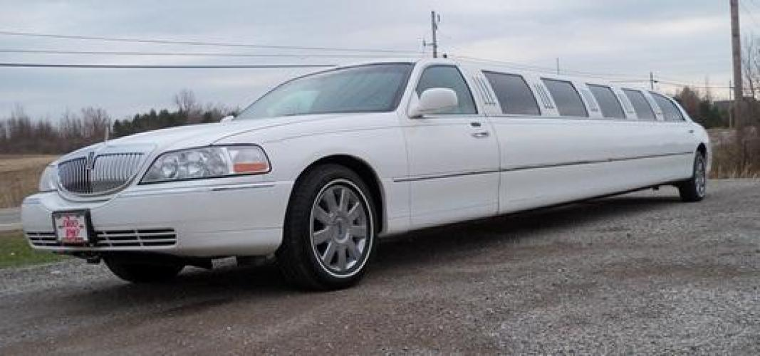2006 White Lincoln Town Car (1LNHM81V86Y) with an 4.6-Liter 8 Cylinder Engine engine, located at 1725 US-68 N, Bellefontaine, OH, 43311, (937) 592-5466, 40.387783, -83.752388 - Photo #0