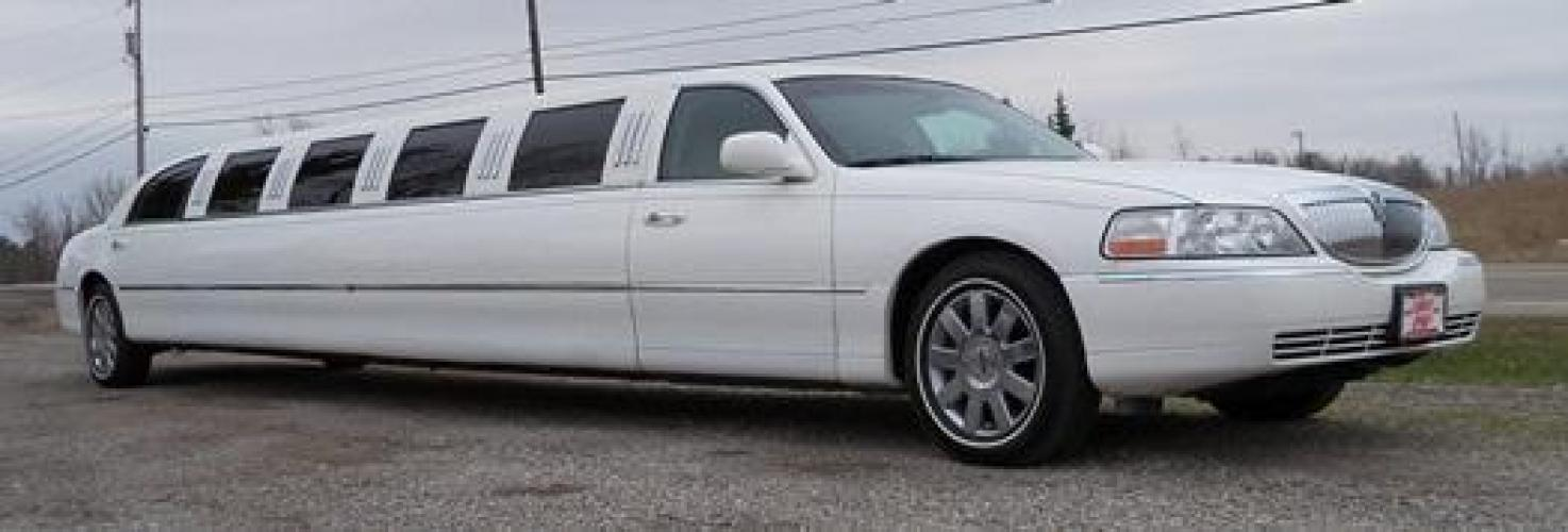 2006 White Lincoln Town Car (1LNHM81V86Y) with an 4.6-Liter 8 Cylinder Engine engine, located at 1725 US-68 N, Bellefontaine, OH, 43311, (937) 592-5466, 40.387783, -83.752388 - Photo #2