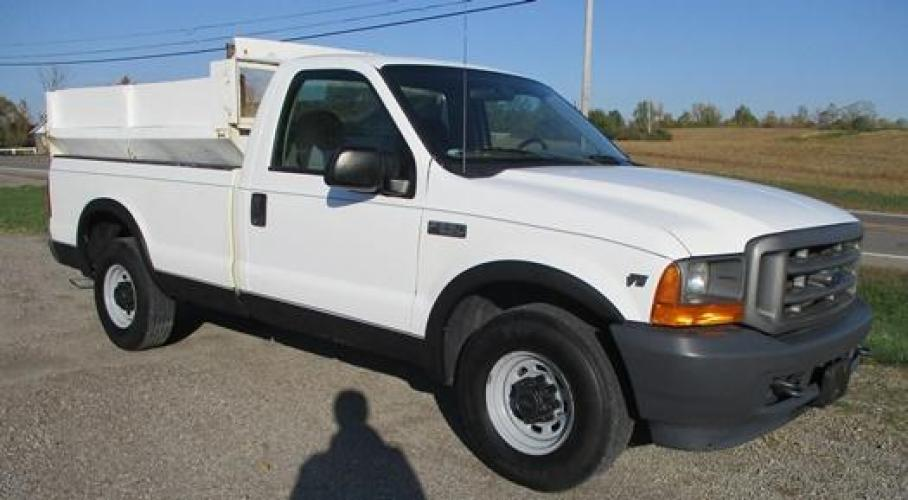 2001 White /Gray Ford F-250 (1FTNF20L11E) with an V8, 5.4L (330 CID); SOHC 16V; EFI engine, located at 1725 US-68 N, Bellefontaine, OH, 43311, (937) 592-5466, 40.387783, -83.752388 - Photo #3