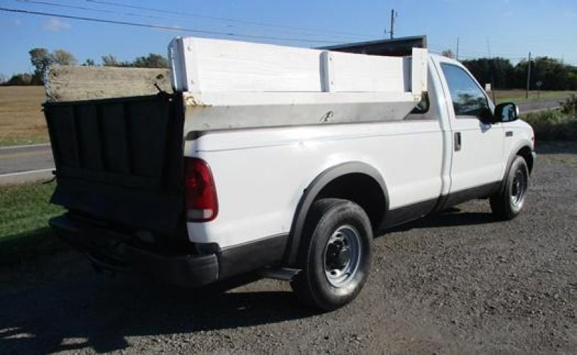 2001 White /Gray Ford F-250 (1FTNF20L11E) with an V8, 5.4L (330 CID); SOHC 16V; EFI engine, located at 1725 US-68 N, Bellefontaine, OH, 43311, (937) 592-5466, 40.387783, -83.752388 - Photo #4