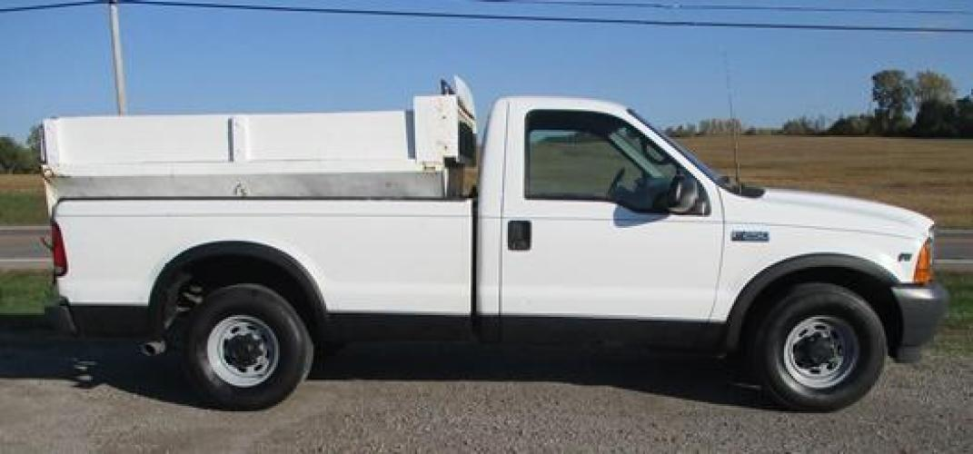 2001 White /Gray Ford F-250 (1FTNF20L11E) with an V8, 5.4L (330 CID); SOHC 16V; EFI engine, located at 1725 US-68 N, Bellefontaine, OH, 43311, (937) 592-5466, 40.387783, -83.752388 - Photo #5